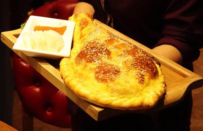 新疆最劳道的面包烤羊腿