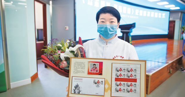 新疆抗疫医务人员获赠《众志成城抗击疫情》邮折
