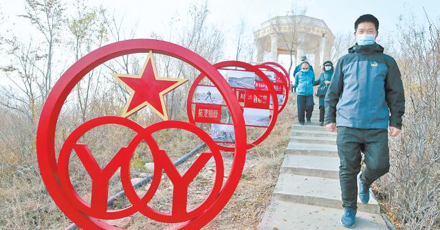 雅山挂牌乌鲁木齐市军民共建荒山绿化示范基地